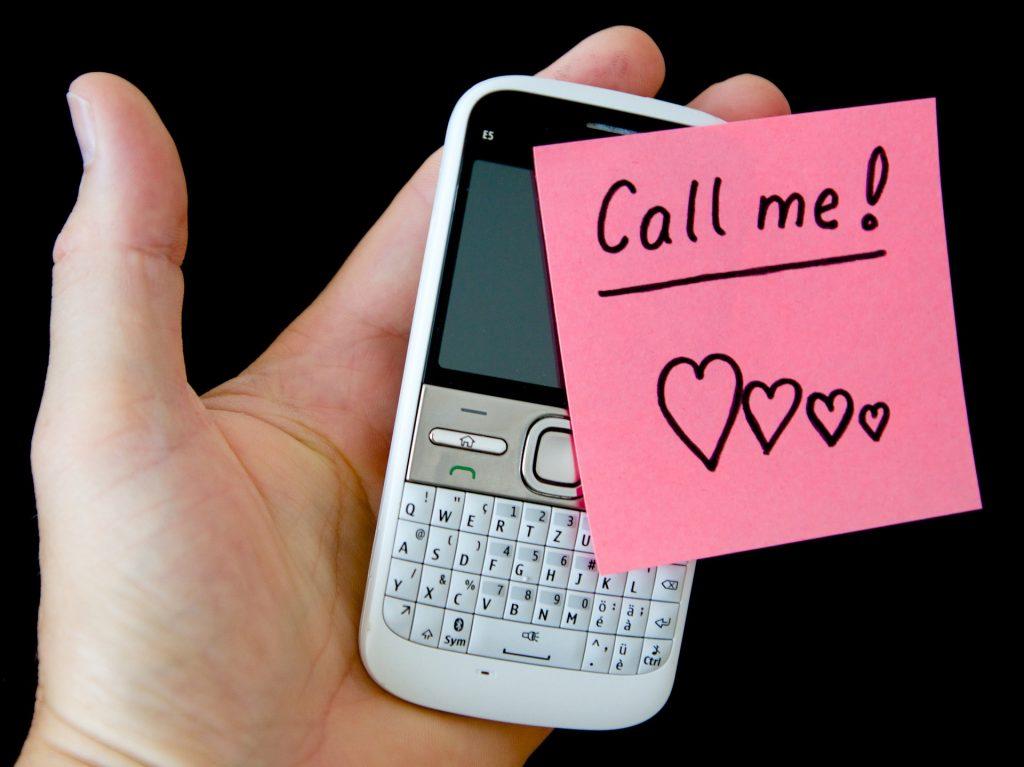 Чем отличаются глаголы  電話をかける и 電話する?